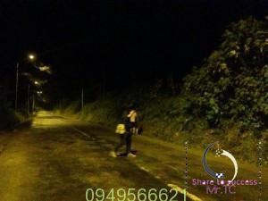 Đi bộ một mình ban đêm và nghe tiếng bước chân phía sau
